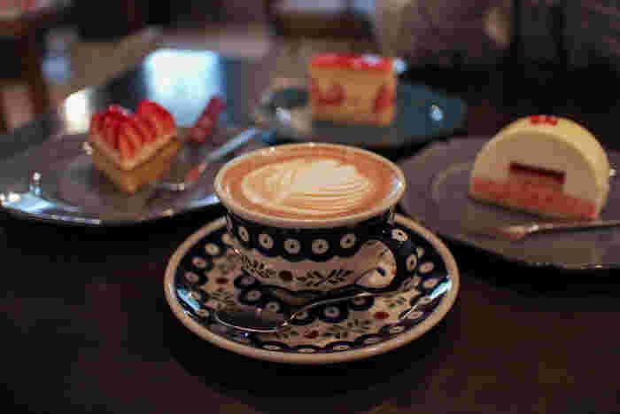 ランチではキッシュやグラタンなどのワンプレートランチが人気のようですが、見逃せないのはたくさんの種類のケーキたち。おいしい珈琲と一緒にいただきたいですね。カップやお皿などの器もかわいらしくて、ほっこり気分に。