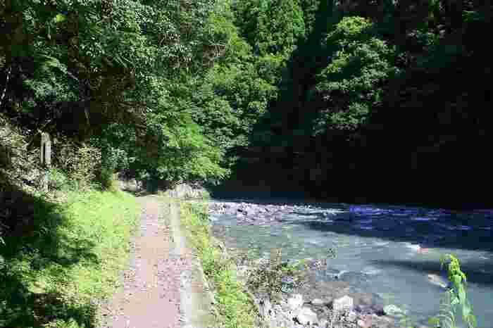 【潜没橋~落合付近の清滝川と遊歩道】