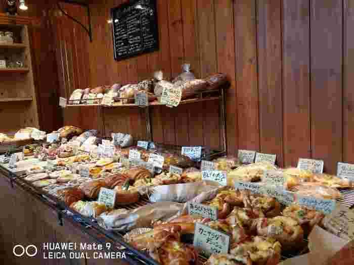 店内にはおかず系パンからスイーツ系パンまで、あらゆるパンがひしめきあっています。