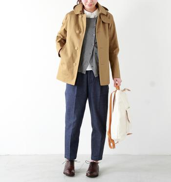 程よい着丈で、フードが取り外し可能なコットン素材のジャケット。ボンディング加工が施されているので、ハリがあり上品な着こなしが楽しめます。