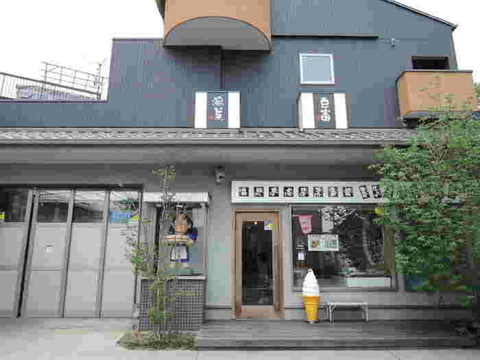 とってもオシャレな外観で一見はお豆腐屋さんと気づかなそうな「榎本豆腐店」。駐車スペースも広いのでドライブ途中のお買い物にもピッタリです。