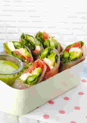生ハムやモッツァレラチーズ、アボカドなどを使って生春巻きをイタリアン風にアレンジした一品。色とりどりの野菜に春の訪れを感じますね。サラダ感覚でさっぱりといただけます。