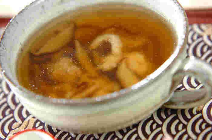 シイタケや生姜が入った、薄口しょうゆの優しい風味のスープです。片栗粉をまぶしたささ身はぷりっとした食感で食べやすいのが嬉しいですね。