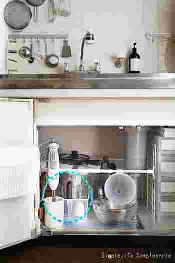 ハンドブレンダーのメリットは、  *コンパクトなため収納にそれほど場所をとらない *刃の部分が取り外せて洗いやすい *手持ちのキッチン家電なので小回りがきく  の3つです。キッチンが広くなくても邪魔にならず、しかも扱いやすさ・お手入れのしやすさがあります。