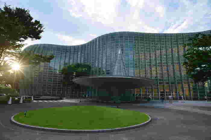 東京メトロ千代田線の乃木坂駅の目の前にそびえ立つ近未来的な雰囲気のある建築物が「国立新美術館」です。館内には国内最大級の展示スペースがあり、多彩な展覧会が随時開催されています。美術館では珍しく、収蔵品を持たず、展覧会の会場として場が提供される美術館です。美術館を設計したのは建築家の黒川紀章氏で、2007年に建てられました。