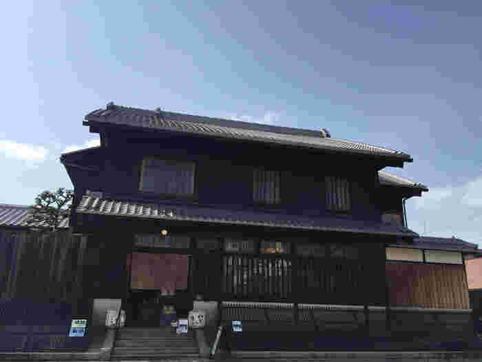 伏見夢百衆は、町屋建物をカフェとしてリノベーションした一軒家カフェです。京町屋独特の意匠が施された外観は、風情ある伏見の風景とよく調和しています。