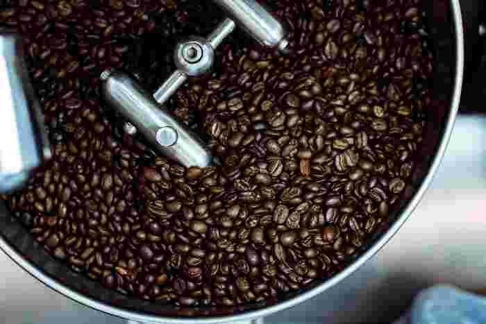 コーヒーを飲むためには収穫した生豆を、加熱によって焙煎(ロースト)しなければなりません。焙煎することで香りや酸味、苦味などが生まれます。この焙煎度合いによって浅炒り・中炒り・深炒りと段階が分かれ、味に違いが出てきます。