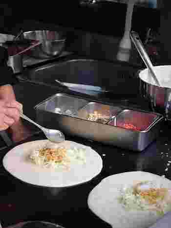 薄くのばした生地にキャベツや蒸し麺、桜エビ、揚げ玉などを置いて、くるっと巻いた焼きたてをいただきます♪