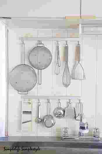 続いては、キッチンでの吊り下げ収納の活用術をご紹介していきます。大小さまざまな道具が集まるキッチン。吊り下げ収納を上手に使って、使いやすいキッチンを目指しましょう♪