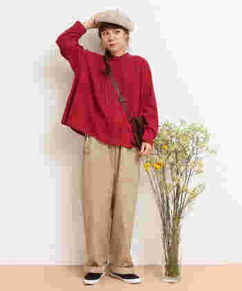 ベージュのワイドパンツに、ピンクの長袖ブラウスを合わせた着こなし。濃いピンクカラーのトップスを選ぶことで、大人っぽさをさりげなくアピールできます。ベージュのベレー帽をプラスして、季節感たっぷりな秋コーデに。