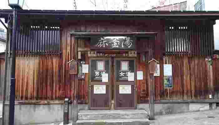 こじんまりとした「麻釜の湯(あさがまのゆ)」は、先ほどご紹介した麻釜を源泉とする共同浴場です。野沢温泉では、江戸時代から湯仲間という制度で村の人たちが外湯を守っています。温泉に入りながら、地元の方とのおしゃべりを楽しむのもおすすめですよ。