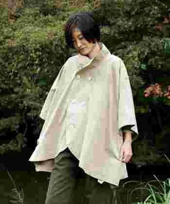 肌寒い日にもさらっと羽織りやすいケープタイプ。 ベージュだとコーデに悩む心配もありません。