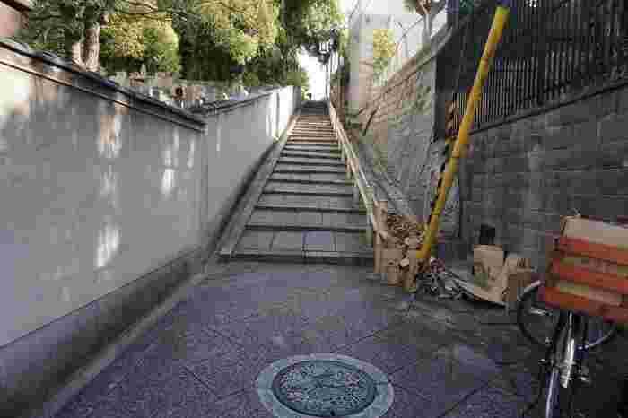 風情のある石畳の坂を登って。