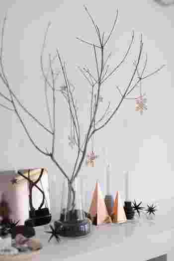 美しい花瓶はクリスマスのデコレーションとしても大活躍。枝を支えるために黒い砂を花瓶に入れて、オーナメントを飾るだけの簡単デコレーションです。いたってシンプルな飾り付けですが存在感ある花瓶のおかげで、さりげなく高級感が漂っています。