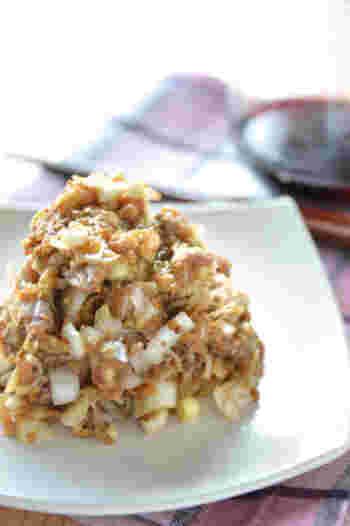 一般的にはアジで作るなめろうを、旬の秋刀魚で。もちろん、基本のなめろうのように味噌といっしょに叩くだけでもおいしいのですが、お好みで粒マスタードやオリーブオイルを少し加えるのもいいようです。