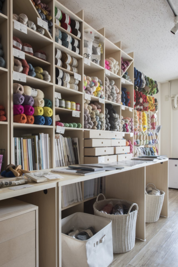ダルマ毛糸をはじめ、国内外の毛糸が並ぶ店内。糸やファブリック、オリジナルグッズも揃っています。  金曜日は20時までオープンしているそうですから、仕事終わりにも立ち寄れますね♪