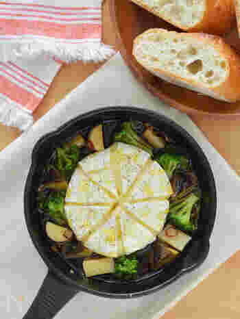 ブロッコリーとカマンベールチーズのアヒージョは、とろけるカマンベールと野菜の相性も抜群。切って焼くだけの簡単レシピは、自分へのご馳走にも、お友達を招いたときのスペシャルメニューにもぴったりです◎