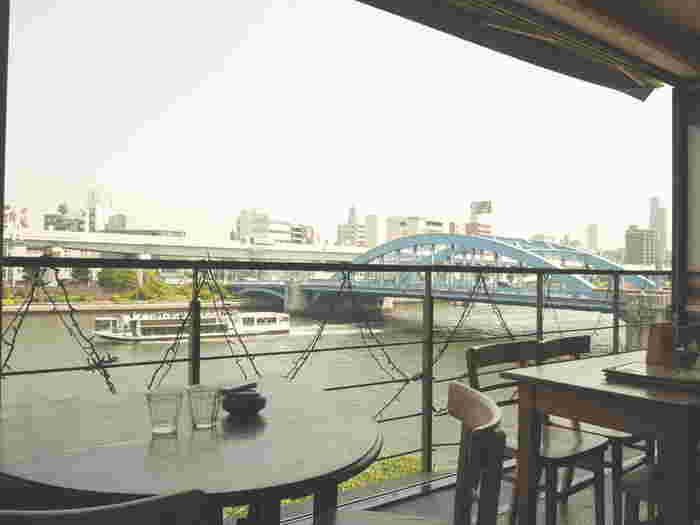 暖かい季節はテラス席がおすすめ。隅田川が良く見えるように設計されたという店内からは、川面のきらめきや木々の緑が楽しめます。