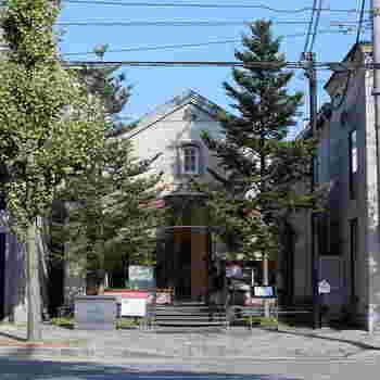 """京都といえば""""和""""をイメージしますが、地下鉄北山駅近くの北山通りエリアは洋風のカフェやレストラン・雑貨屋さんなどが多く、まちなかとはまた違った雰囲気を楽しむことができます。そんな北山通にまだあまりお店がなかった頃、1982年に開業したのが、「マールブランシュ京都北山本店」。北山エリアを牽引してきた歴史あるフランス菓子のお店です。"""