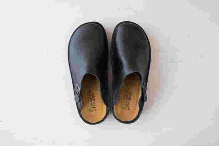 NAOTの定番人気IRIS(アイリス)シリーズ。サボタイプでベルト部分は、かかとにまわして引っ掛けて履くこともできます。履きこむ程に、革はどんどん変化し柔らかく風合い豊かに。末永く大切に履いていただける靴です。