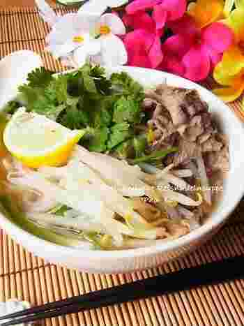 ベトナムでポピュラーなフォーボーのおうちレシピ。牛肉のゆで汁をフィッシュソース(ナンプラー)などで味の調節をして頂きます。 レモンと香菜でさっぱり美味しいフォーです。