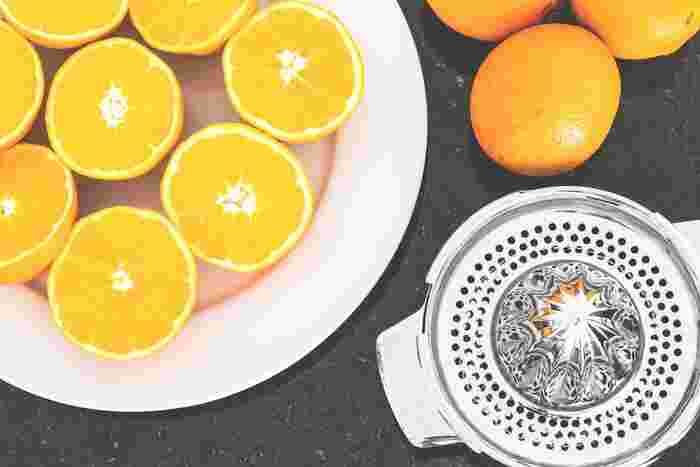 みかんやりんご…フレッシュな果物を丸ごとすりおろしてみたり、レモンを絞ってドレッシングにしたり…。果物をもっと身近に感じてみませんか?慌ただしく時間が無い朝にも、栄養満点の手作りジュースがあるだけで、お腹も大満足!
