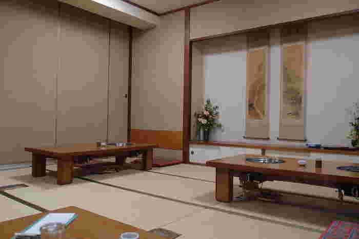 お座敷席の他にテーブル席もあり、6名様以上が利用できる個室もあります。博多っ子に愛される人気店なので、予約必須です。