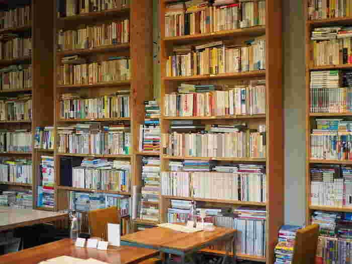 駒場公園の中にある日本近代文学館に併設されているのが「BUNDAN(ブンダン)」です。緑豊かな公園の中にあるのは、なんと2万冊もの蔵書のある趣深いブックカフェなんです。偉大な文豪の名作から現代の人気作までジャンルも多岐にわたり、題名を眺めているだけでも面白いんですよ。