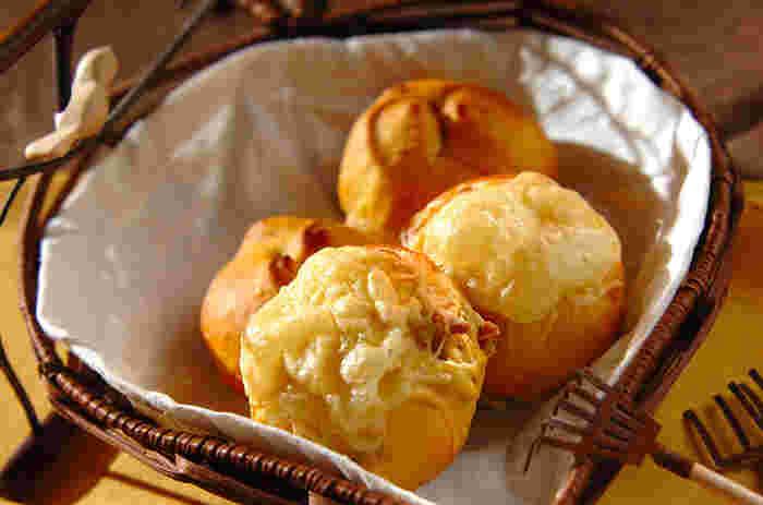ふんわりやさしい焼き上がりのシンプルなかぼちゃパン。かぼちゃのポタージュスープをリメイクするので、簡単に作れるのも嬉しいポイントです。