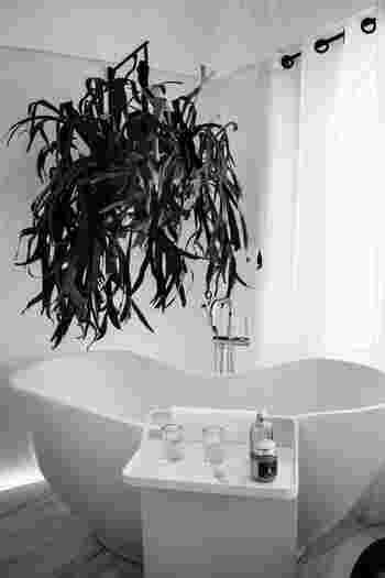 """一日の疲れ取りや、リラックス効果が期待できる入浴。 日々知らず知らずのうちに蓄積するストレスは、ホルモンに影響を与え細胞間に水分がたまりやすくなる③のストレスからくるむくみに該当します。""""その日の疲れはその日のうちに""""を合言葉に、湯船にしっかりと浸かることを習慣にしましょう。"""