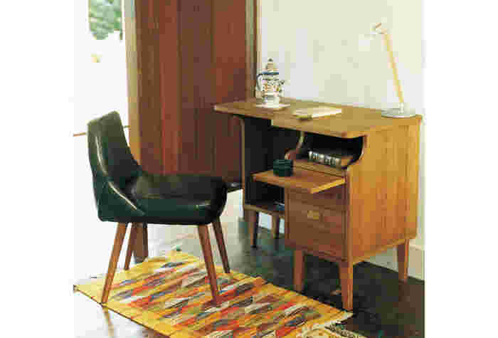 スライド天板のついた机。天板を伸ばすことができるデスクはちょっとしたものを乗せるに便利。また、角もカーブがあり丸いので、ついつい夢中になって遊びぶつかってしまっても痛くないのが子供に優しいですね。