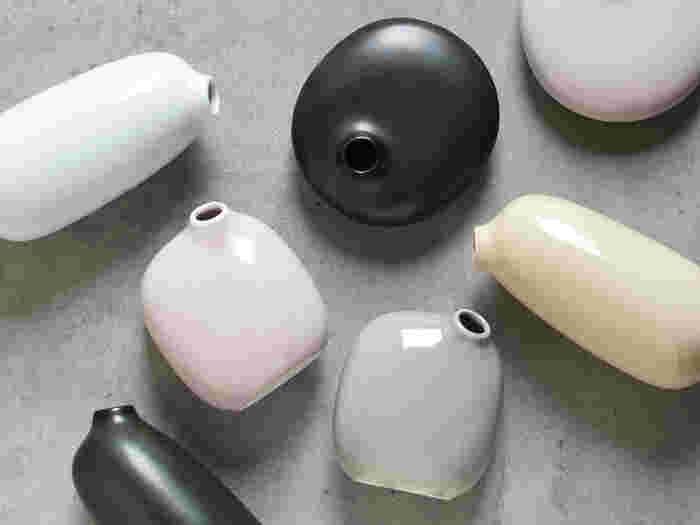 コロンとした丸みを帯びた形がなんとも言えない可愛らしさの「SACCO」のフラワーベースは日本で作られた波佐見焼。