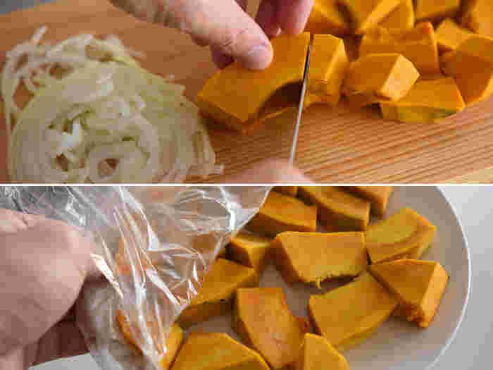 ポタージュはシンプルに材料4つで作ります。かぼちゃ、玉ねぎ、バター、そして牛乳。生クリーム不要のレシピなので冷蔵庫に常備しているもので手軽に作れそう。  ピーラーで皮を剥いたかぼちゃを、画像くらいのサイズに適当にカットしたら、お皿に広げて電子レンジへ。爪楊枝などを刺して様子を見ながら、ほぼ火が通っている状態にしておきます。小さめに切っているので、加熱時間もさほどかかりません。