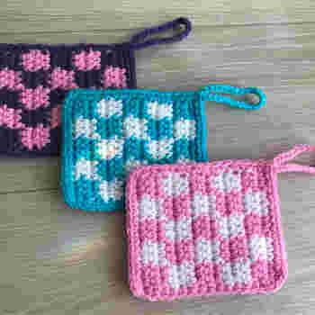 まずは簡単なアクリルたわしで、かぎ針編みの基本の編み方にチャレンジしてみましょう。 『簡単アクリルたわし』を編めば、作り目の作り方と、鎖編み・引き抜き編み・細編みがマスターできちゃいます。