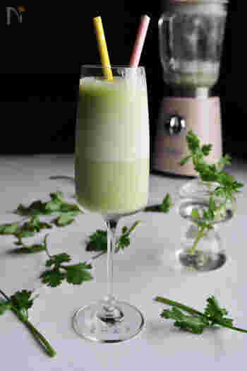 こちらも、爽やかなグリーンの正体はパクチー。はちみつや牛乳などでマイルドな口当たりに仕上げられています。なんと、カレーのお供に合うとか。