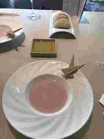 ショートコースとランチコースの2種類。こちらは、赤蕪のポタージュのフォアグラ添えです。すでに終了していますが、展覧会とコラボしたテーマカラー「ピンク」を使ったメニューとして好評でした。