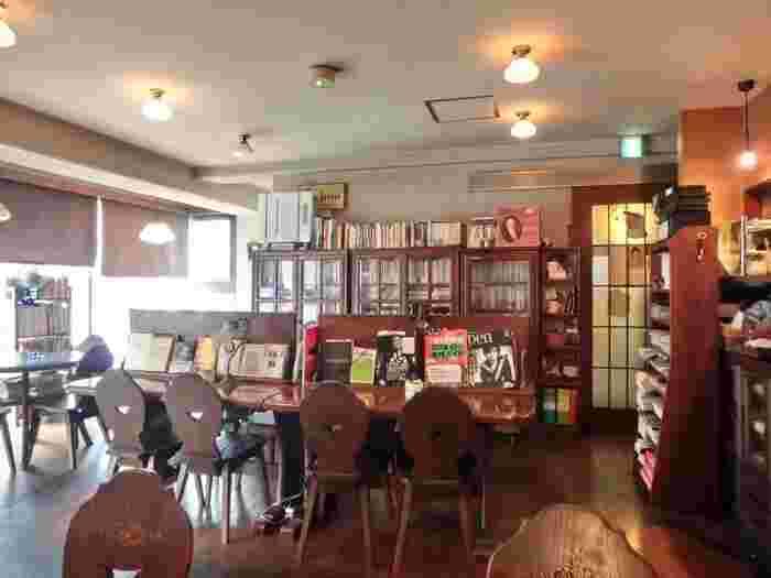 お店のコンセプトである『書斎的食堂的珈琲店』の通り、棚や机には本がぎっしり!アンティーク調家具など、お客さんがゆったりと読書を楽しむことができるよう、細やかな配慮がちりばめられている落ち着いた空間です。本が好きな方には、たまりませんね♪
