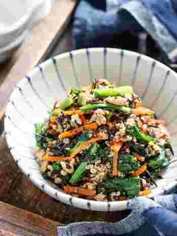 緑黄色野菜とひじきを使った栄養満点の副菜。フライパンひとつでできるのも嬉しいですね。甘辛そぼろのコクとすりごまの風味で、少しクセのある小松菜も美味しく食べられます。