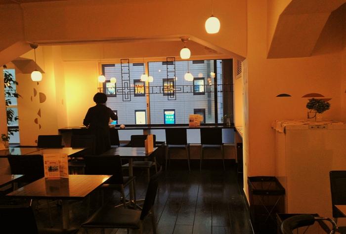 「café きょうぶんかん」は、銀座4丁目にあるキリスト教系書店「教文館」ビルの中に2004年にオープンしました。ビルは軽井沢の聖パウロ教会で知られるアントニン・レーモンドの設計によって、1933年に竣工。現在は改装されていますが、そこかしこにアンティークな香り漂う空間にひたることができます。