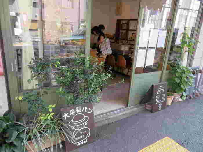 東京都文京区千駄木、東京メトロ千代田線の千駄木駅から徒歩5分の距離にある「大平製パン」。こちらは根津で人気のパン屋さん「ボンジュールモジョモジョ (Bonjour mojo2)」の2号店として、2014年6月にコッペパンと焼き菓子専門店としてオープンしました。