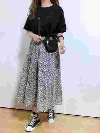 柄物のギャザースカートの時も、黒のTシャツなら落ち着いた印象に。モノトーンの花柄と黒のTシャツ&小物で、全身モノトーンコーデも素敵です。