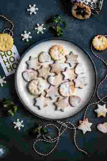 「Pepparkaka(ペッパーカーカ)」はスウェーデン語で、ジンジャークッキーのこと。スウェーデン語の響きも可愛いですよね。サクサクのジンジャークッキーは、コーヒー・紅茶にも、そして「Glögg(グロッグ)」と一緒に食べるのも、クリスマスの定番!