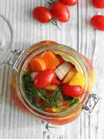 トマト、パプリカ、人参、セロリなど、ゴロゴロ野菜をまとめて漬けて。見た目に鮮やかなピクルスは、おもてなし料理でも映えますよ。
