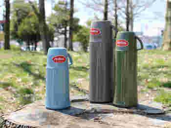 ドイツの老舗魔法瓶メーカーが作る、人気のウォーターボトル。絶妙なカラーリングとシルエットがかわいく、ファンも多いアイテムです。真空になった二重構造ガラスの中瓶により、高い保温性が生まれ、熱い飲み物も冷たい飲み物も長時間温度を持続することができます。選べる3カラーと3サイズ、日常使いからピクニックまでお出かけの相棒にどうぞ。