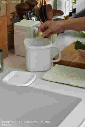 ふた付きの琺瑯ポットと防臭袋で三角コーナーの代わりにしているアイデアです。琺瑯の容器はお手入れ簡単でニオイも付きにくいから、生ごみを入れておいても臭い移りの心配がありまん。