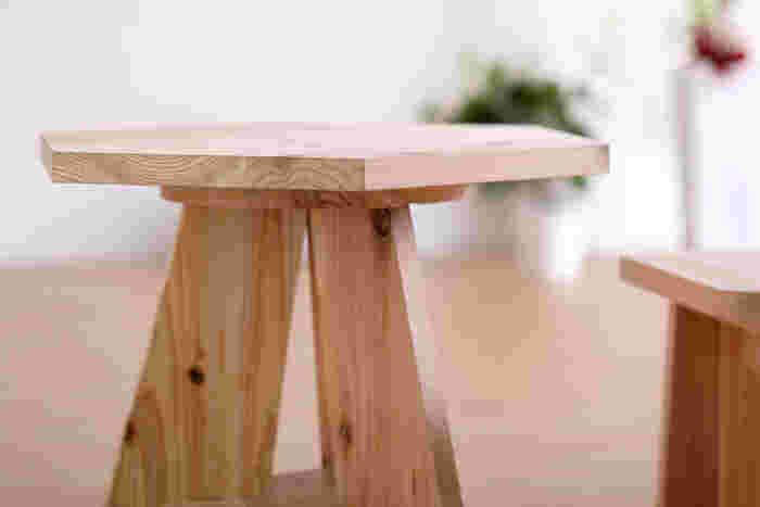 六角形のテーブルが、ほかにはないデザイン。テーブルとしてだけでなく、ちょっとした小物を置く台としても使用できます。小さなころから本物の木の温もりに触れさせたい、そんな思いがかなうセットです。