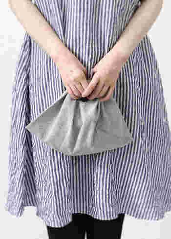 爽やかなストライプのワンピースには、ナチュラル素材の「あづまバッグ」をコーデして。どことなく素朴でかわいらしい。