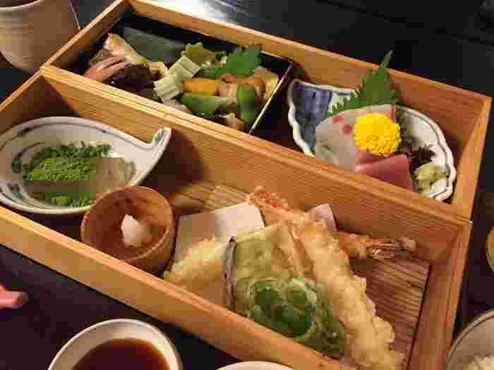 天ぷらやお造り、甘味などが2段のお重になったあさぎり御膳。これに炊き込みごはんと汁物、先付が付きます。京都らしい薄味で、出汁が効いた上品な味わいです。