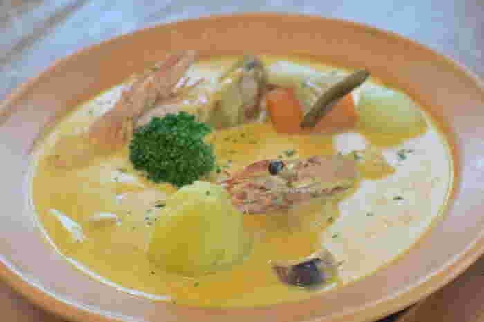 あっさり系でも栄養満点、とろ〜り系はお腹に満足。1品で主役級になれるスープレシピをご紹介しました。基本の作り方さえ合っていれば、冷蔵庫にある野菜を足したり、お肉の種類を変えたりと自由度が高いのもスープのうれしいところ。お好みの食材をたっぷり使ったスープで、寒い季節もほっこり乗り切りましょう♪