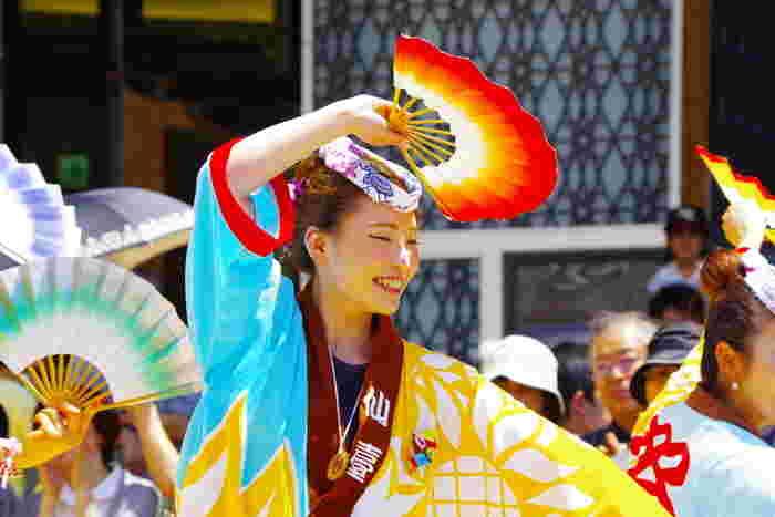 7月末には「夏まつり 仙台すずめ踊り」。仙台駅東口からおよそ2000人による圧巻のすずめ踊りを楽しむこともできます。5月のお祭りと比べても、こちらは熱気でいっぱい!思わず身体を揺らして楽しんでしまうお祭りですよ。